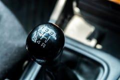 Fermez-vous vers le haut de la vitesse manuelle ; une partie d'automobile Images stock