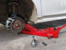 Fermez-vous vers le haut de la voiture dans la roue de difficulté de garage photos libres de droits