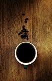 Fermez-vous vers le haut de la vue aérienne d'une tasse de café écumeux fort d'expresso Image stock