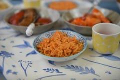 Fermez-vous vers le haut de la vue de côté d'une table de dîner avec de petits plats de nourriture chinoise image stock