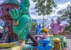 Fermez-vous vers le haut de la vue d'Aladdin Genie Magic Lamp Fun Ride à la fête foraine, Chennai, Inde, le 29 janvier 2017 Images stock