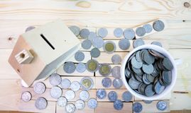 fermez-vous vers le haut de la vue d'angle de pièces de monnaie autour d'une maison et d'un verre de pièces de monnaie dessus Images libres de droits