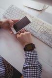 Fermez-vous vers le haut de la vue d'un businesswomanwoman utilisant son smartphone Photographie stock
