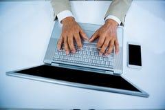 fermez-vous vers le haut de la vue d'un homme d'affaires utilisant son labtop Photo stock