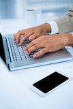 fermez-vous vers le haut de la vue d'un homme d'affaires utilisant son ordinateur portable Photographie stock libre de droits