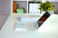 Fermez-vous vers le haut de la vue d'un intérieur de bureau de travail avec l'ordinateur portable, le café de tasse et les rideau Photos libres de droits