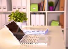 Fermez-vous vers le haut de la vue d'un intérieur de bureau de travail avec un ordinateur portable, une tasse de café et les ride Image stock
