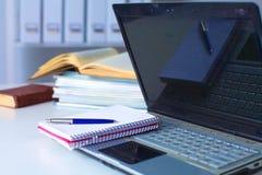 Fermez-vous vers le haut de la vue d'un intérieur de bureau de travail avec un ordinateur portable, une tasse de café et les ride Photographie stock