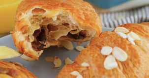 Fermez-vous vers le haut de la vue d'un petit déjeuner français avec des pâtisseries Image stock