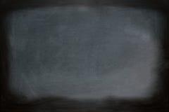Fermez-vous vers le haut de la vue d'un tableau sale noir sans cadre en bois Photos libres de droits