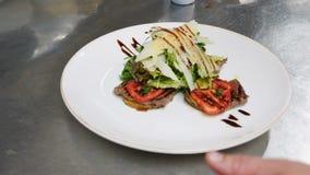 Fermez-vous vers le haut de la vue d'une salade servie délicieuse sur la table Mode de vie sain, étant un gourmet Mouvement lent, banque de vidéos