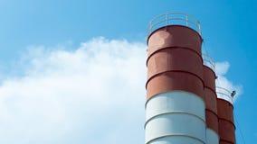Fermez-vous vers le haut de la vue d'une usine de ciment Silo de mélange concret, site Co Photo libre de droits