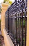 Fermez-vous vers le haut de la vue de côté de la belle barrière victorienne d'avant de style d'ère Photos stock