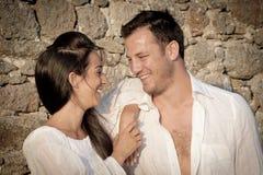 Fermez-vous vers le haut de la vue de jeunes couples heureux riant ensemble Image stock