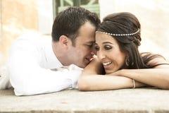 Fermez-vous vers le haut de la vue de jeunes couples nuptiales heureux riant ensemble Images libres de droits