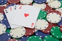 Fermez-vous vers le haut de la vue de jouer des cartes avec des as sur eux Image stock