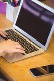 Fermez-vous vers le haut de la vue de l'homme d'affaires utilisant l'ordinateur portable Photo libre de droits