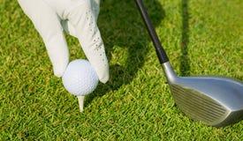 Fermez-vous vers le haut de la vue de la boule de golf sur la pièce en t Photographie stock libre de droits