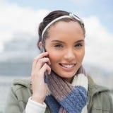 Fermez-vous vers le haut de la vue de la femme attirante parlant au téléphone Images libres de droits
