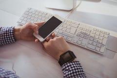 Fermez-vous vers le haut de la vue de la femme d'affaires à l'aide de son téléphone Image stock