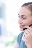 Fermez-vous vers le haut de la vue de la femme d'affaires heureuse avec le casque Image stock