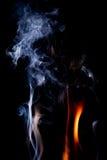 Fermez-vous vers le haut de la vue de la flamme naturelle avec de la fumée Photo stock