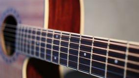 Fermez-vous vers le haut de la vue de la guitare acoustique banque de vidéos