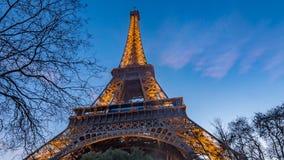 Fermez-vous vers le haut de la vue de Tour Eiffel à Paris au coucher du soleil Photos libres de droits