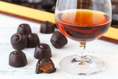 Fermez-vous vers le haut de la vue des bonbons au chocolat avec la praline Photographie stock libre de droits