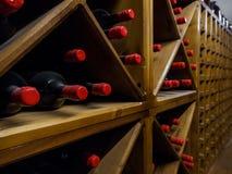 fermez-vous vers le haut de la vue des bouteilles de vin disposées photo stock