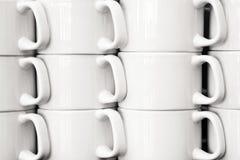 Fermez-vous vers le haut de la vue des colonnes de tasse de café blanc photographie stock libre de droits