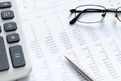 Fermez-vous vers le haut de la vue des documents d'affaires et des lunettes Images stock