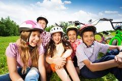 Fermez-vous vers le haut de la vue des enfants dans les casques sur l'herbe Images libres de droits