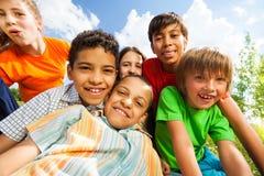 Fermez-vous vers le haut de la vue des enfants de sourire dans une caresse Photographie stock