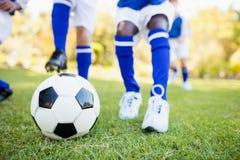Fermez-vous vers le haut de la vue des enfants jouant le football Photo libre de droits