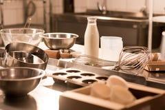 fermez-vous vers le haut de la vue des ingrédients pour des ustensiles de la pâte et de cuisine sur le compteur dans le restauran image libre de droits
