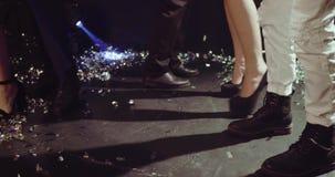 Fermez-vous vers le haut de la vue des jambes de peuples dansant sur le poteau de danse banque de vidéos