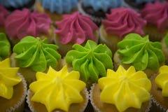 Fermez-vous vers le haut de la vue des petits gâteaux brillamment colorés Photographie stock