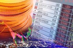 Fermez-vous vers le haut de la vue des pièces de monnaie, écran numérique/panneau d'affichage des taux de change Images libres de droits