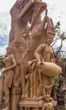 Fermez-vous vers le haut de la vue des sculptures de l'homme jouant un thavil de tambour dans le tamil, jouant un Shehnai Nadaswa Image libre de droits