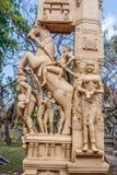 Fermez-vous vers le haut de la vue des sculptures de l'homme jouant un thavil de tambour dans le tamil, jouant un Shehnai Nadaswa images libres de droits