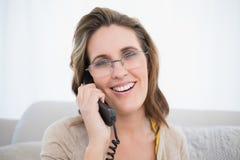 Fermez-vous vers le haut de la vue des verres de port de femme parlant au téléphone Images stock