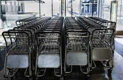 Fermez-vous vers le haut de la vue du bagage de chariots dans l'aéroport Ligne des chariots de bagage dans l'aéroport Photos stock