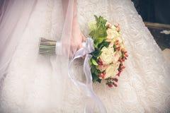 Fermez-vous vers le haut de la vue du beau bouquet coloré de mariage dans la main Photographie stock libre de droits