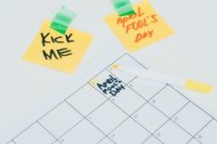 fermez-vous vers le haut de la vue du calendrier avec le lettrage de jour d'imbéciles d'avril images libres de droits