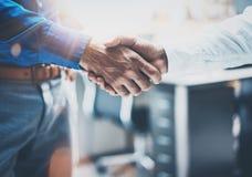 Fermez-vous vers le haut de la vue du concept de poignée de main d'association d'affaires Processus de poignée de main d'homme d' Image libre de droits