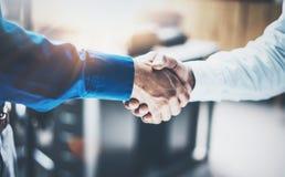 Fermez-vous vers le haut de la vue du concept de poignée de main d'association d'affaires Processus de poignée de main d'homme d' Images stock