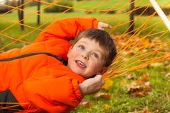 Fermez-vous vers le haut de la vue du garçon heureux s'étendant sur l'hamac Photo stock