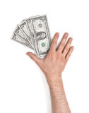 Fermez-vous vers le haut de la vue du man& x27 ; main de s se trouvant sur des billets d'un dollar Photographie stock