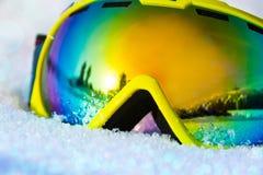 Fermez-vous vers le haut de la vue du masque de ski sur la neige avec des flocons de neige Photo libre de droits